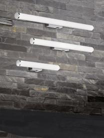 Aplica LED integrat pentru baie Trio Mattimo, cu intrerupator integrat, 6W, 230V, lumina calda 3000K, 680 lumeni, durata de viata 30.000 de ore, clasa energetica A+, IP44, dimensiuni 60x5cm, material metal/ acrilic, culoare crom/ alb