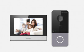Kit videointercom IP Hikvision DS-KIS603-P(B), componenta kit: post exterior DS-KV6113-WPE1(B). x 1buc, post interior DS-KH6320-WTE1 x 1buc, surse de alimentare x 2 buc, Descriere DS-KV6113-WPE1: post videointerfon de exterior WIFI Hikvision montaj aparen