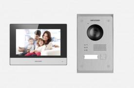 Kit videointerfon IP Hikvision DS-KIS703-P, conectare pe 2 fire. Kitul este format din: post exterior DS-KV8103-IMPE2 x 1buc ( 1 buton de apelare, camera video 2Mp HD, True WDR, TCP/IP, RSTP, releu x2, intrare alarma x 2, tamper x 1, conectare pe 2 fire,