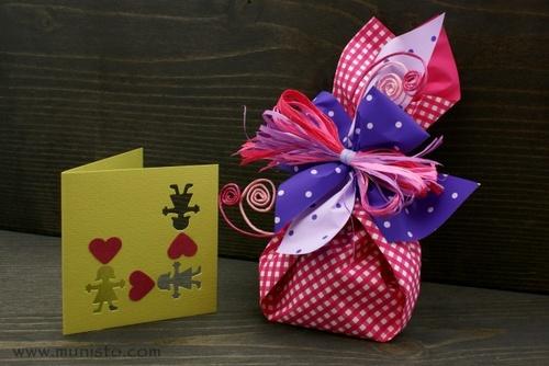 Опаковка и картичка за подарък изображения