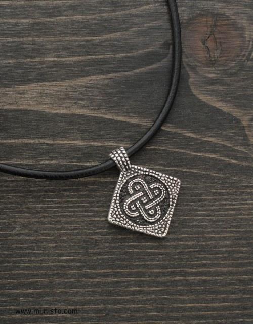 Медальон Свастика