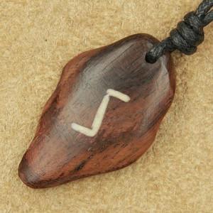 Pandantiv talisman din lemn cu runa Sowilo