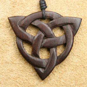 Pandantiv din lemn Model Celtic Triquetra
