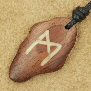 Pandantiv talisman din lemn cu runa Mannaz