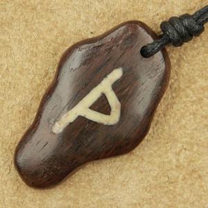 Pandantiv talisman din lemn cu runa Thurisaz