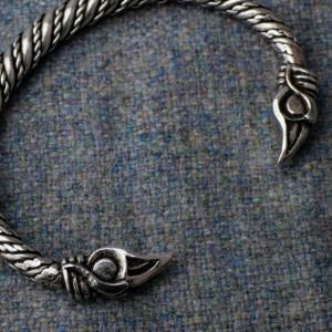 Brățară vikingă Capete de corbi 16 cm Hugin si Munin
