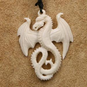 Pandantiv sculptat manual din os Dragon inaripat