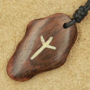 Pandantiv talisman din lemn cu runa Algiz