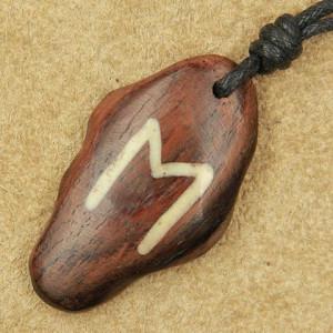 Pandantiv talisman din lemn cu runa Ehwaz