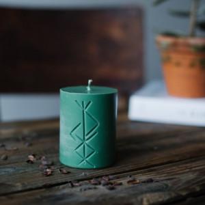 Lumanare verde cu rune pentru ritual de prosperitate Norse Magic - Freyr