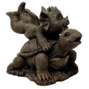 statueta dragonas jucandu-se cu o broscuta testoasa