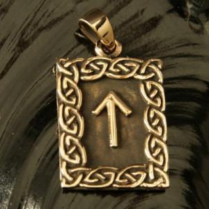 Pandantiv bronz runa Tiwaz