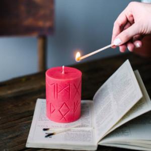 Lumanare rosie cu rune pentru ritual de iubire Norse Magic - Freya