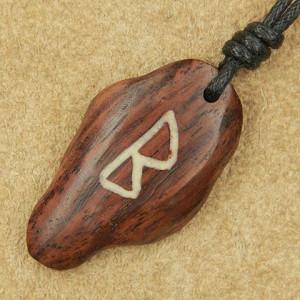 Pandantiv talisman din lemn cu runa Berkano