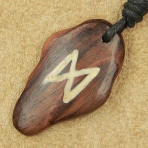 Pandantiv talisman din lemn cu runa Dagaz