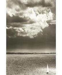 Poster alb negru Peisaj marin cu o barca cu panze