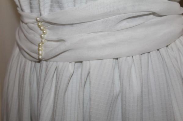Rochie alba pliseuri si perlute anii '70