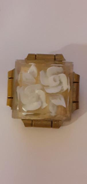 Broșă Art Deco din lucite sculptat anii 30