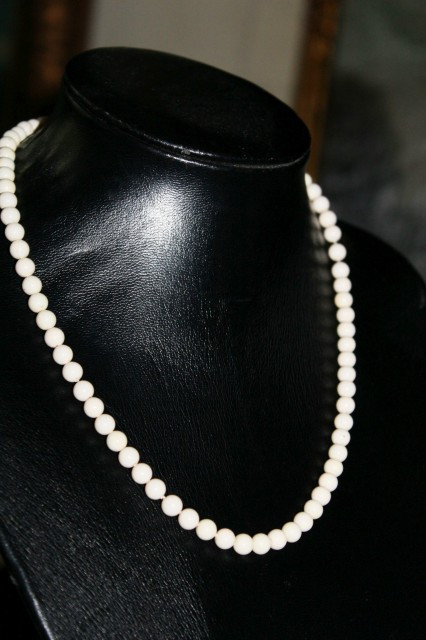 Colier vintage ivoire din sticla anii '50