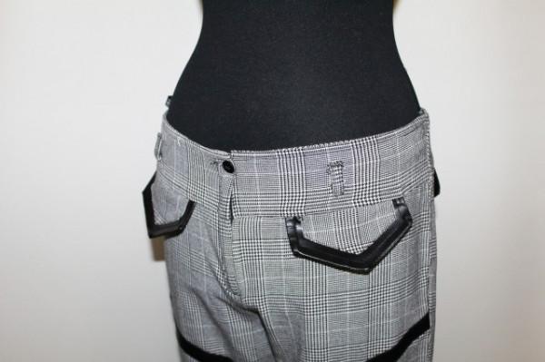 Pantaloni carouri si aplicatii piele anii '90