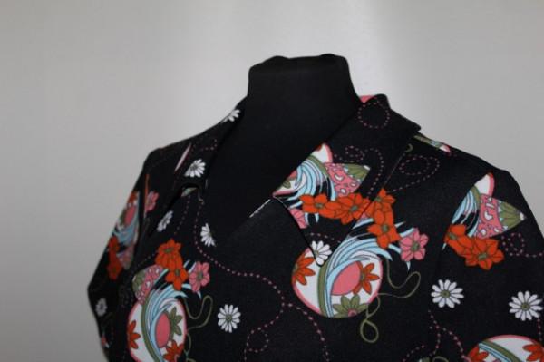 Rochie print floral și cercuri anii 60