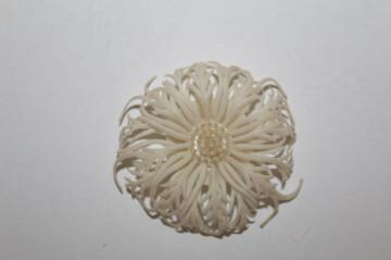 Broșă floare albă anii 50-60