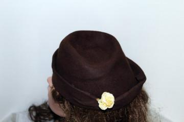 Toca maro floare galbena anii '50