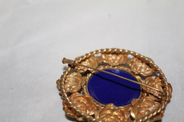 Brosă antique ornament central din sticlă albastră perioada victoriană cca. 1880