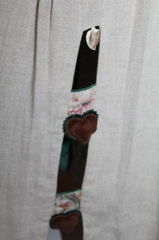 Fustă tiroleză din in ornamente inimioare anii 80