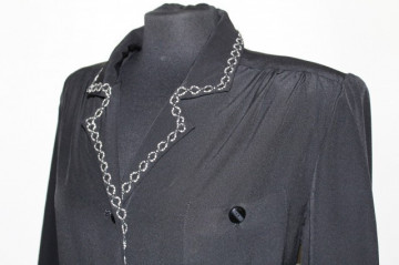 Rochie neagra pasmanterie alba anii '70