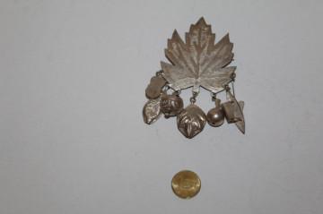 Broșă frunză de arțar cu charms anii 70