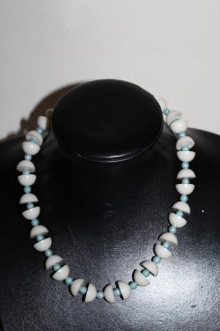 Colier jumătăți de sferă albe și mărgele bleu anii 60