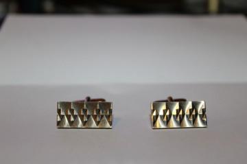 Butoni aurii model incizat romboidal anii '70