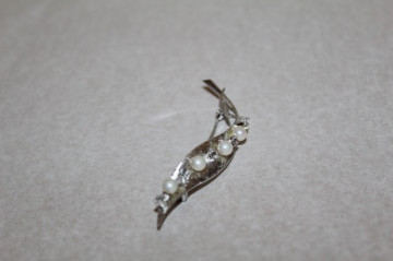 Brosa frunza stilizata perle si cristale anii '70
