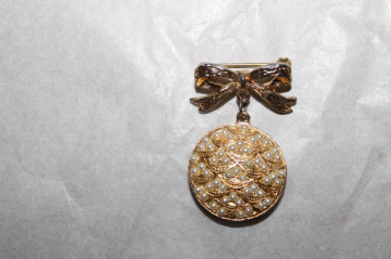 Broșă stil vcitorian perle false anii 70
