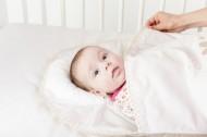 Sac dormit bebe 3-6 luni cu perna pt formarea capului BEBEDECO Iepurasul somnoros bleu- cod SBNN01m