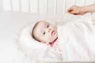 Sac de dormit bebe cu pernuta pt formarea capului BEBEDECO 0-6 luni IEPURASUL SOMNOROS alb