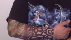 maneca cu tatuaje