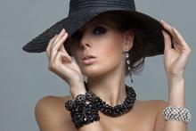 Tablou femeie cu bijuterii 02