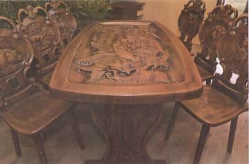 Masă gravată 1800 x 850 x 780 cm cu 6 scaune având motive vânătoreşti