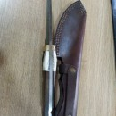 Cutit vanator din Otel Damasc . tais de 10cm cu maner din corn de cerblemn in portcutit piele