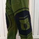 Pantaloni verzi cu model spirala aplicat pe buzunarele laterale
