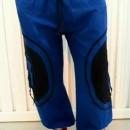 Pantaloni albastri cu model spirala aplicat pe buzunarele laterale.