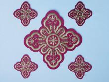 Ornament bisericesc cruce mica - visiniu cu auriu