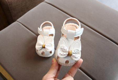 Sandale albe cu urechiuse si fundita