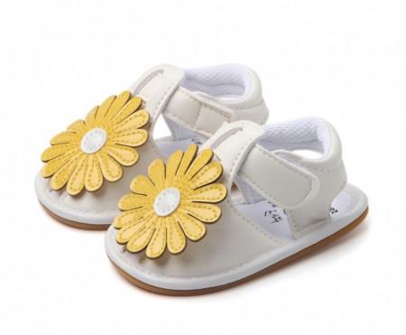 Sandalute fetite albe cu floare galbena