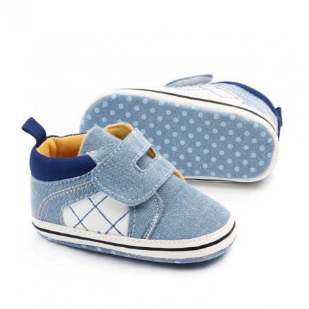 Tenisi bleu pentru bebelusi