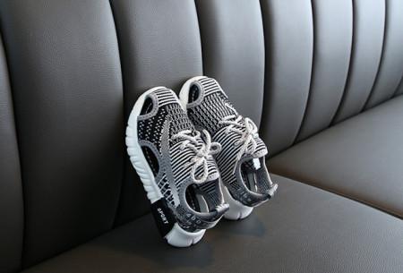 Adidasi decupati gri cu negru pentru copii