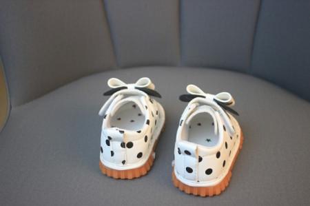 Pantofiori albi cu buline negre cu piuitoare