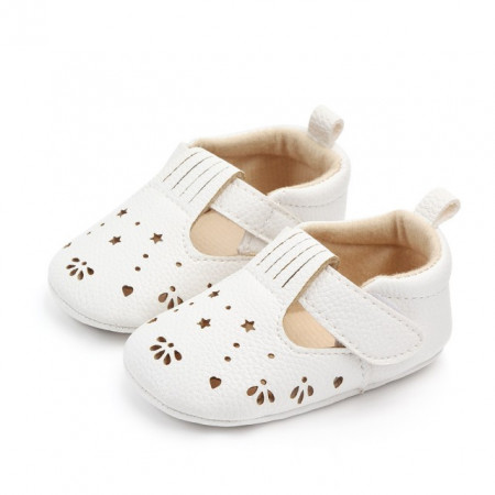 Pantofiori albi cu stelute decupate